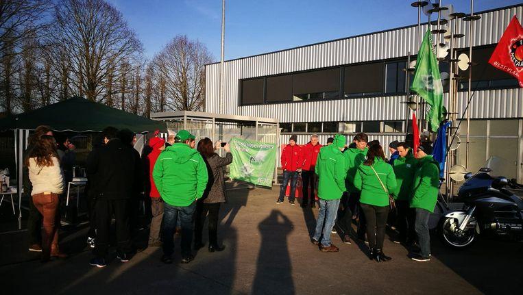De stakers verenigen zich bij Packo. Hun actie is niet gericht tegen hun werkgever maar wel tegen de regering
