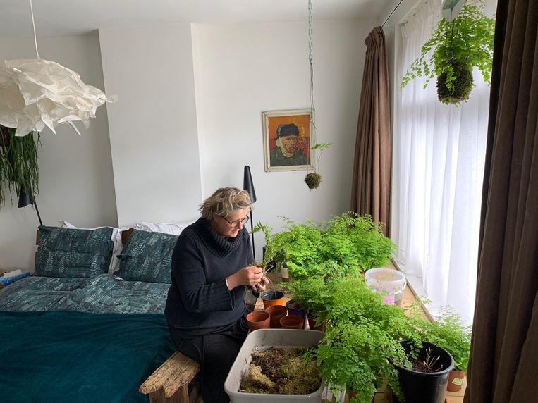 Fleur van Heek in haar tijdelijke werkkamer. Beeld
