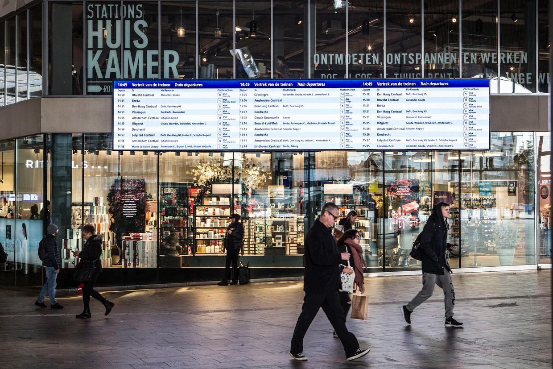 Het moderne overzichtsbord op Rotterdam Centraal.  Beeld Arie Kievit