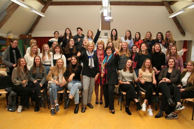 Minister Hilde Crevits en lesgeefster Françoise Chombar hebben alle meisjes rond zich verzameld