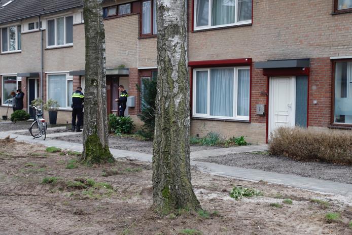 Op de Patrijzenveld in Cuijk doorzoekt de politie een woning.