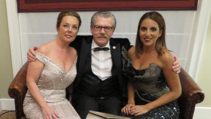 Bij het Rode Kruisgala: voorzitter Rens Vrolijk met dochter Joany (l) en presentatrice Nicolette Krul (r).