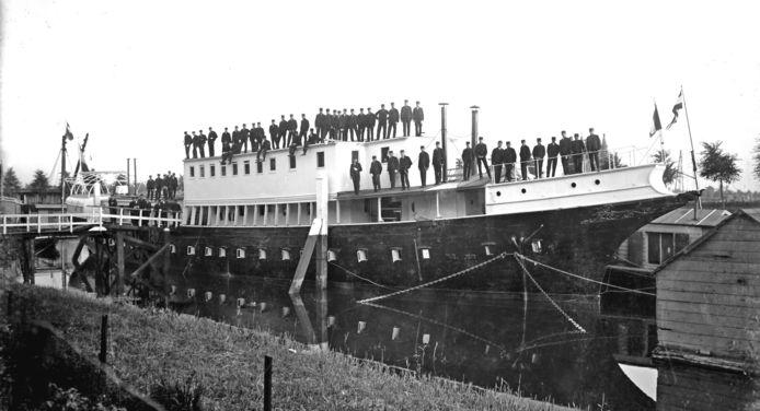 Marinefregat Bonaire, in Dordrecht (zonder masten) in gebruik als internaat voor aankomend machinisten (1915). Het schip ligt nu in Den Helder.