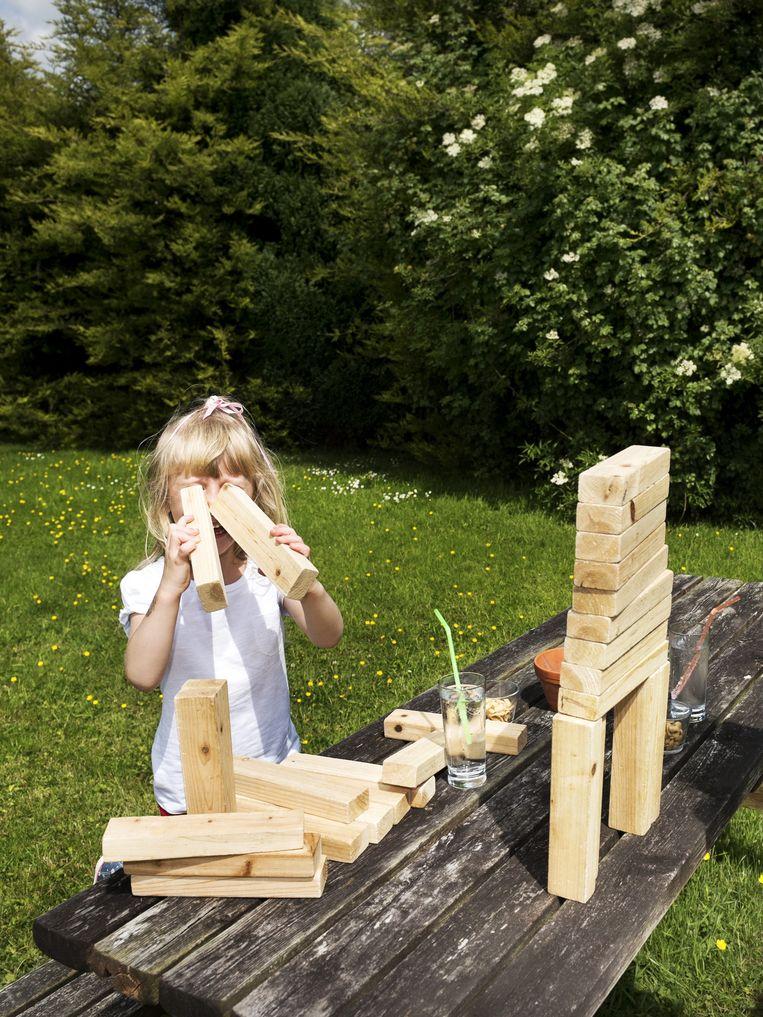 Een meisje in de tuin van de kroeg. Beeld null