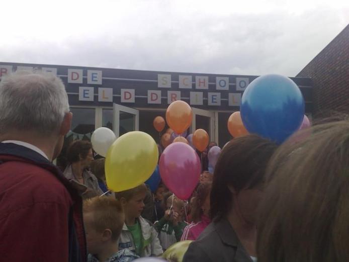 Kinderen en ouders verzamelden zich vrijdagmiddag voor de ingang van de Deken Wehmeijerschool in Velddriel voor de officiële opening. foto Marcel Linssen/BD