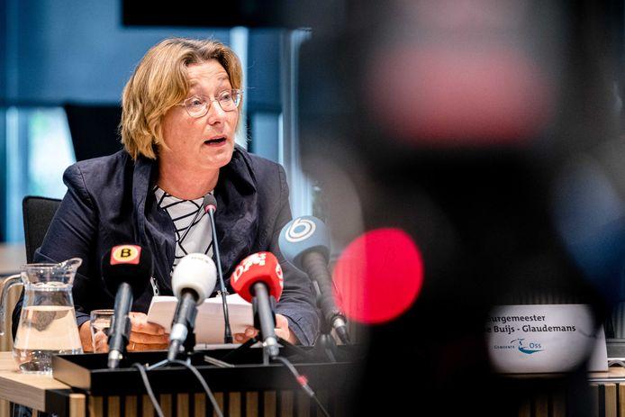 Burgemeester Buijs van Oss op de persconferentie naar aanleiding van de dood van Arie den Dekker.