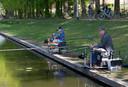 Wiebe Theissen en zijn opa aan het vissen.