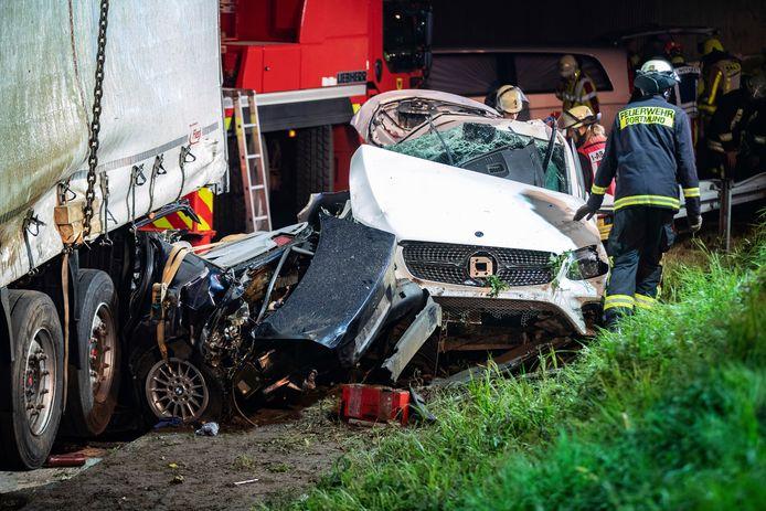 De automobilist die tegen de vrachtwagen botste kwam om, net als de Nederlandse bestuurder van de truck die uitstapte om hulp te verlenen.