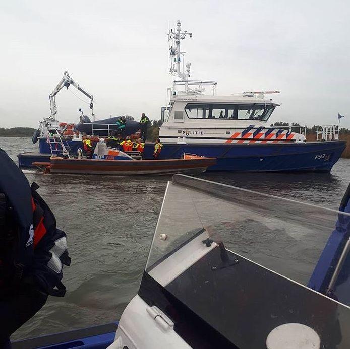 De politie trof in het water van het Hollands Diep een lijk aan. Forensische Opsporing doet onderzoek.