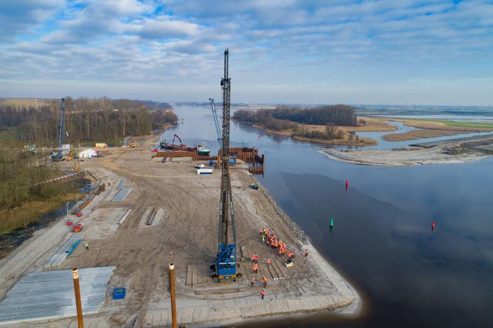 Tijdens de bouw van de Reevesluis wordt het eerste circulaire viaduct van Nederland getest door het werkverkeer.
