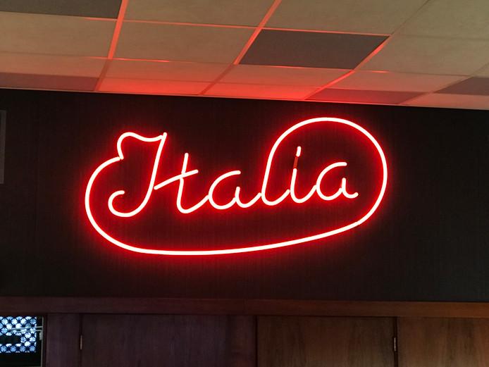 Neon-verlichting ijssalon Italia naar Museum Gouda | Gouda | AD.nl