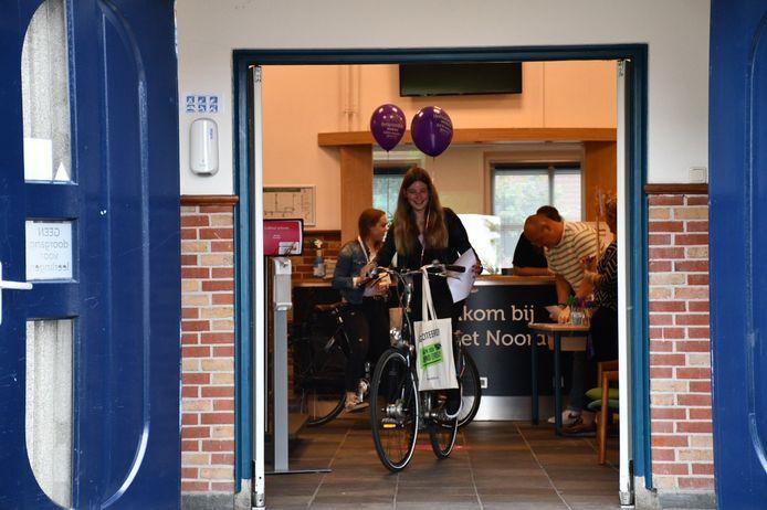 Met de fiets door de school. Het kan op Het Noordik Vroomshoop, waar leerlingen hun cijferlijst en presentjes krijgen.
