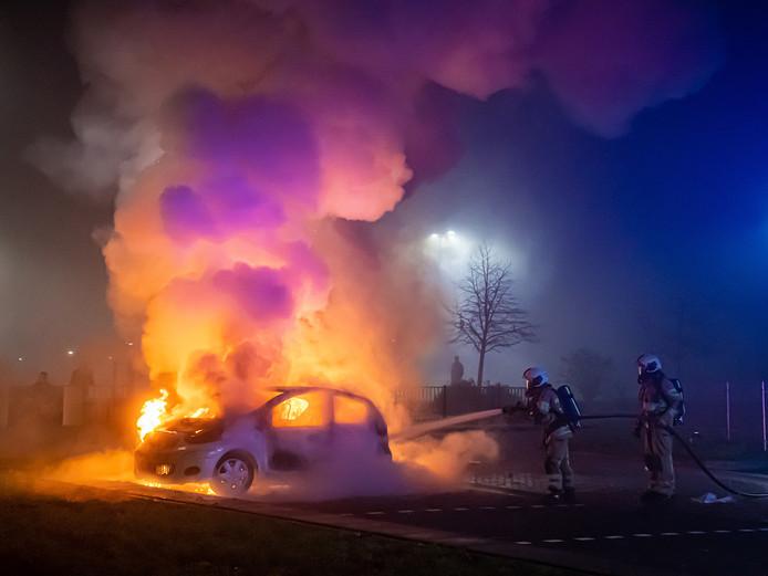 Brandweer probeert de auto te blussen