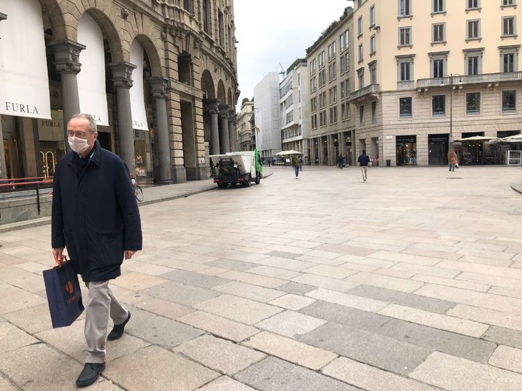 De normaal drukbezochte winkelstraat Corso Vittorio Emanuele in Milaan is vrijwel geheel verlaten. Beeld EPA