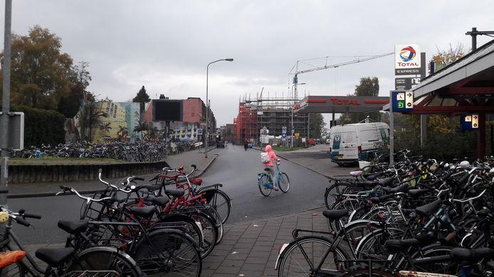 De Parkweg anno 2019: felle kleuren van een meisje op de fiets tussen de grauwe contouren van de Parkweg.