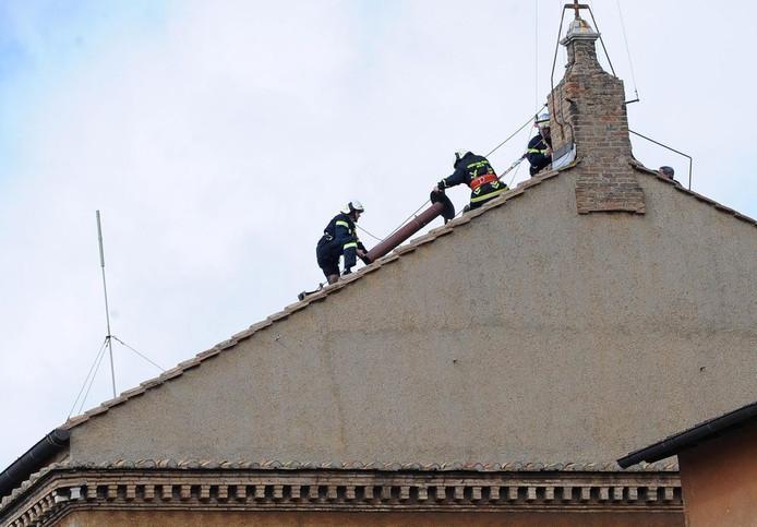 Ter voorbereiding op het conclaaf wordt op de Sixtijnse Kapel een extra schoorsteen geplaatst. Als er witte rook uit de schoorsteen komt, is er een nieuwe paus gekozen.