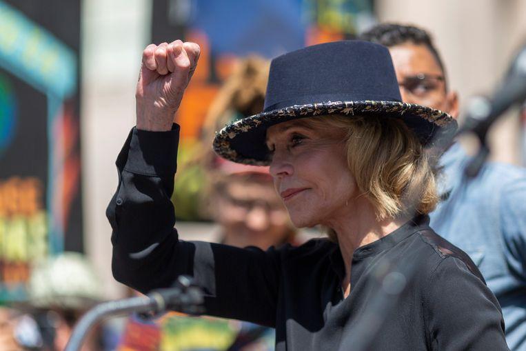 Jane Fonda is vrijdag bij het Capitool in Washington DC opgepakt tijdens een klimaatrally. Dat melden meerdere Amerikaanse media.