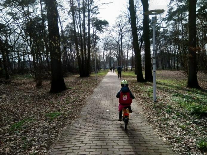 Peet's kleindochter fietst naar school.