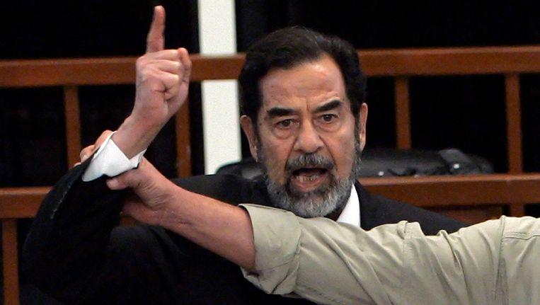 Saddam Hussein tijdens de rechtszaak in 2006 waarin hij ter dood werd veroordeeld Beeld AFP