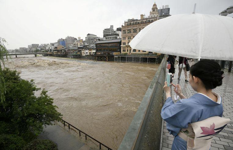 De Kamo rivier in de Japanse stad Kioto, die buiten zijn oevers is getreden als gevolg van extreme regenval.