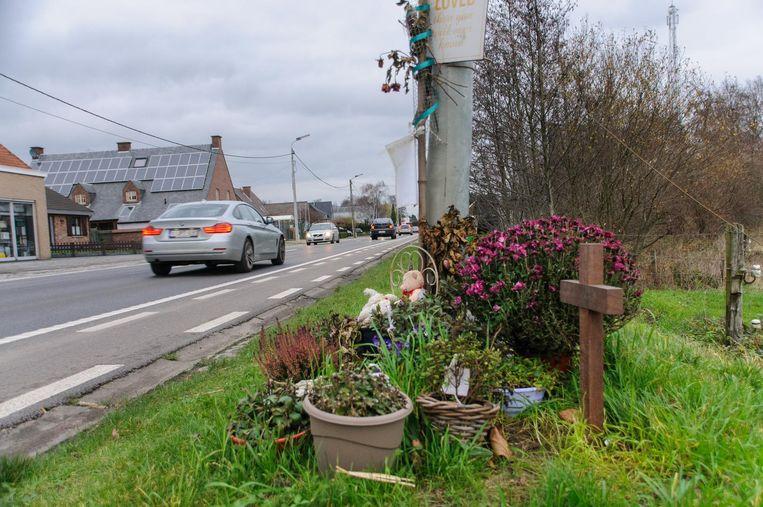 Op de plaats waar eind augustus 2015 Noah Mortier van de weg werd gemaaid, herinneren een kruis en bloemen nog aan de tragedie.