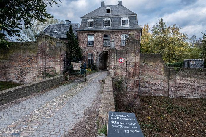 Bij Klooster Graefenthal in Goch heeft de politie onlangs een inval gedaan. Oprichter en voorganger Robert B. werd opgepakt op verdenking van kindermisbruik en verkrachting.
