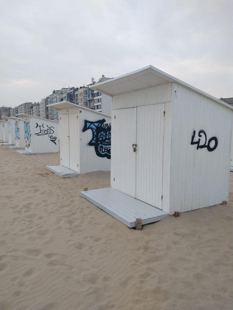In de nacht van maandag op dinsdag werden enkele strandcabines ter hoogte van de Koninklijke Villa besmeurd met graffiti
