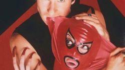 Zo zag je Mulder en Scully nog nooit: vreselijk vreemde fotoshoot uit de '90s gaat opnieuw viraal