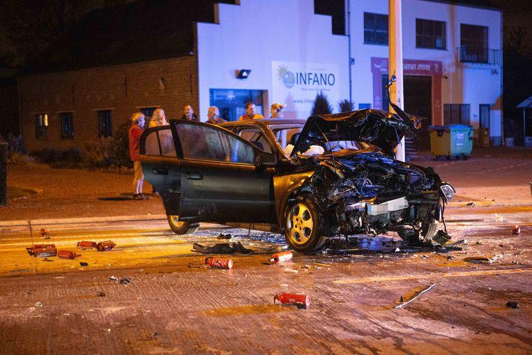 Omstaanders spoten verschillende brandblussers leeg op de Opel en haalden de bestuurster uit het wrak.