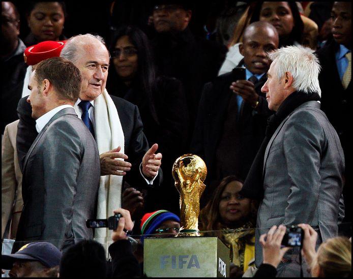 FIFA-baas Sepp Blatter reikt de beide handen uit naar bondscoach Bert van Marwijk na de verloren WK-finale in 2010. Links Frank de Boer.