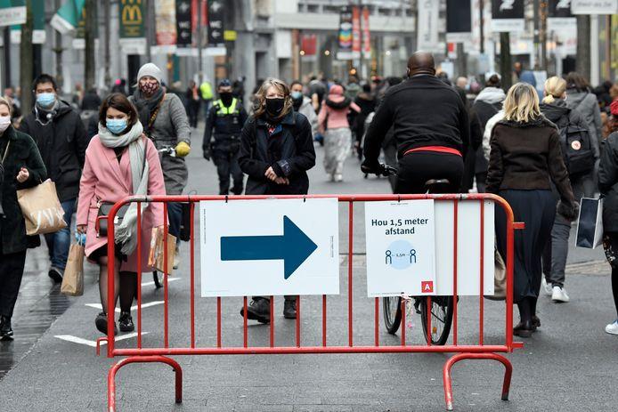 Signalisatie op de Meir in Antwerpen moet veiligheid voor de shoppers garanderen.
