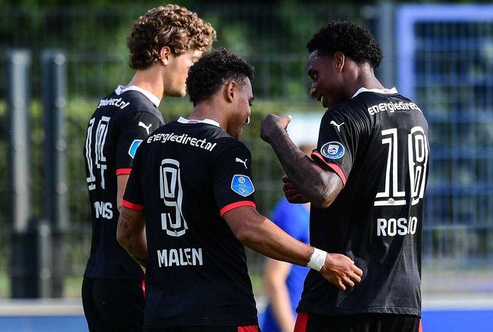 Sam Lammers, Donyell Malen en Pablo Rosario zijn content na een goal van PSV.