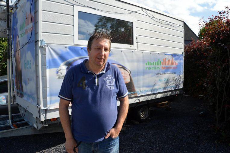 Johan Leroy van internetradio Meteor bij zijn mobiele radiostudio in Tielt.