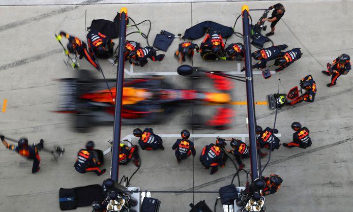 Max Verstappen tijdens de pitstop.