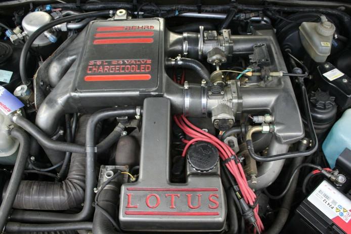 De motor van deze Omega is 377 pk sterk.