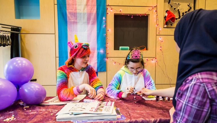Leerlingen en docenten die betrokken zijn bij de organisatie lopen rond in kleurrijke onesies. Beeld Tammy van Nerum