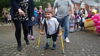 Ouders mishandelden baby zo erg dat hij beide benen verloor, vijf jaar later zamelt hij met fenomenale prestatie 1,2 miljoen euro in
