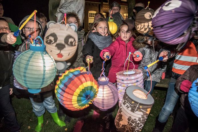 De Vortumse jeugd trekt met kleurrijke lampionnen door het dorp.