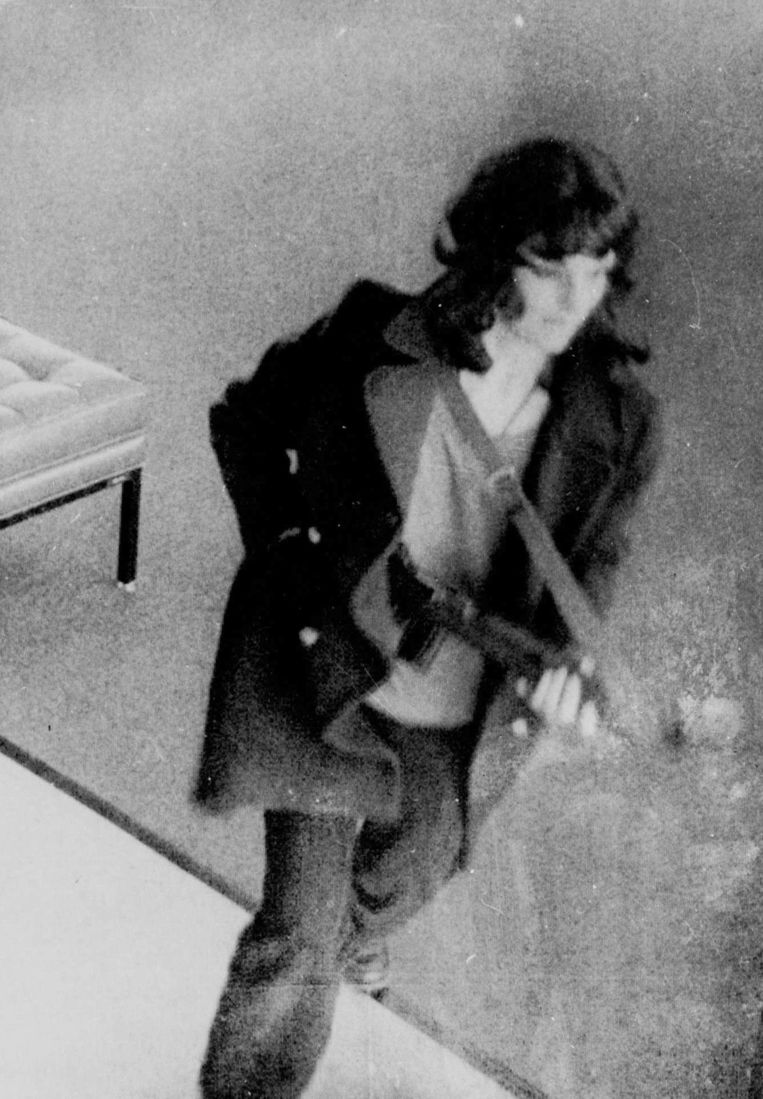Bewakingsbeeld van Patty Hearst tijdens een bankoverval in 1974. Beeld FBI