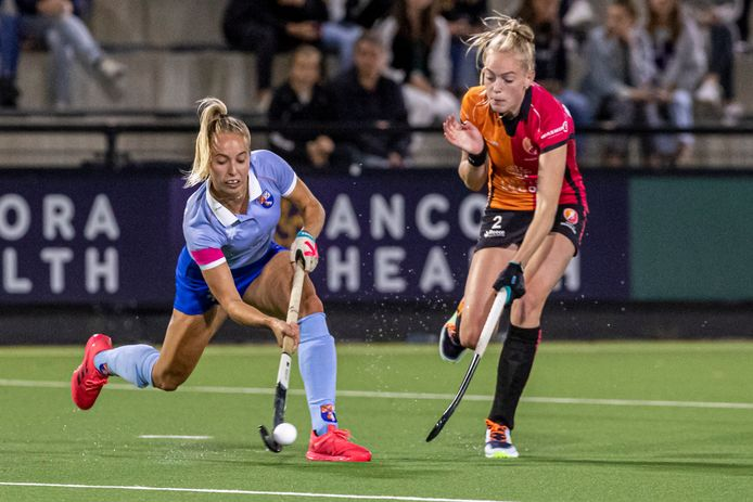 Fiona Morgenstern van Oranje-Rood in actie tegen Bloemendaal.