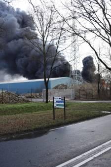 Enorme rookwolken door grote brand recyclingbedrijf in Venray: advies om ramen en deuren te sluiten
