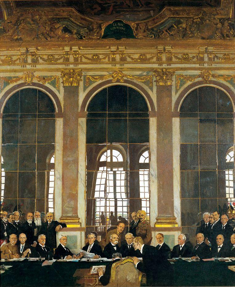 De ondertekening van het Vredesverdrag in de Spiegelzaal in Versailles. Een schilderij van William Orpen. Beeld Corbis via Getty Images