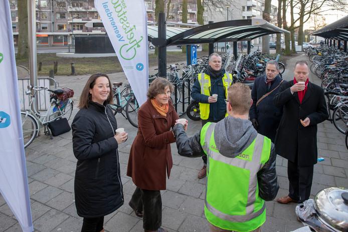 Chocomel en koekjes bij het Veenendaalse station als aftrap voor de campagne voor Veenendaal Fietsstad 2020.