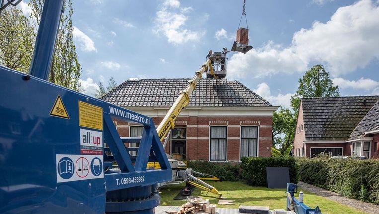 In veel dorpen zoals hier in Stedum worden de gemetselde schoorstenen vervangen door kunststof. Preventief of door de schade van de gaswinning in Groningen. Beeld Harry Cock/de Volkskrant
