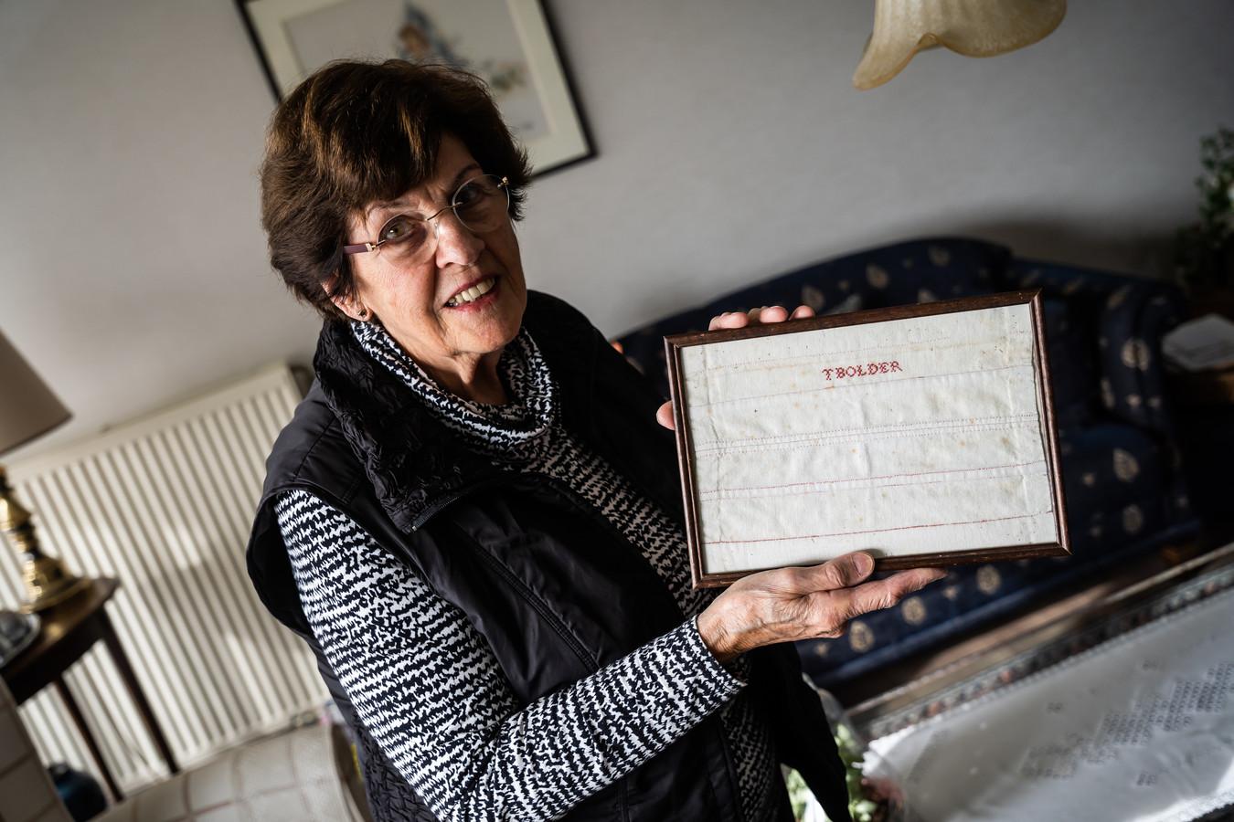 Truus Van Bon-Baakman met het stukje linnen van 100 jaar oud.