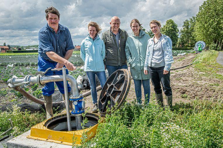 Landbouwer Rik Delameilleure, Dominique Huits (Inagro), Ignace Kint (Ardo), Camille Dekie (Ardo) en Charlotte Boeckaert (Vlakwa) draaien de waterkraan open.