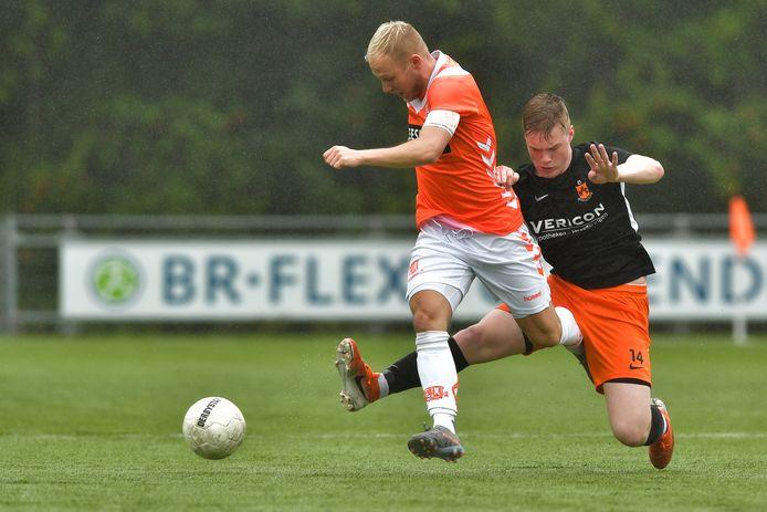 Mattheijs Kuypers (links) in actie in het vorige oefenduel bij HHC O23 jaar in Hardenberg.