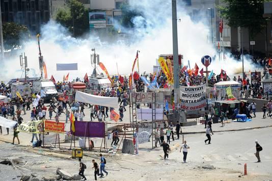 Politie bestormt het Taksimplein.