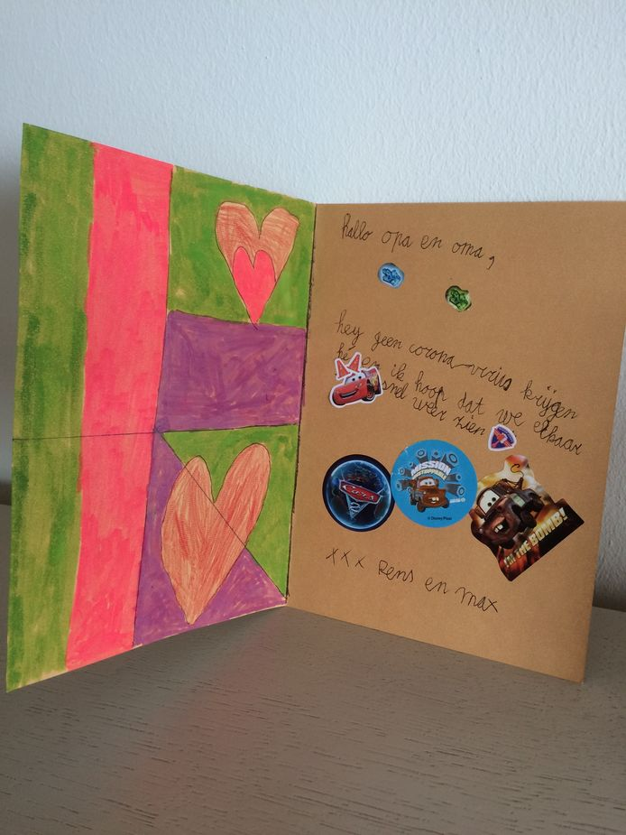 'Max en Rens hebben deze mooie kaart gemaakt. Ze zijn 5 en 8 jaar. De foto laat de binnenkant zien op de voorkant stond een heel groot hart. Ze hopen dat opa en oma niet ziek worden. Opa Walter en Oma Mieke in Helmond zijn blij met deze mooie kaart.'