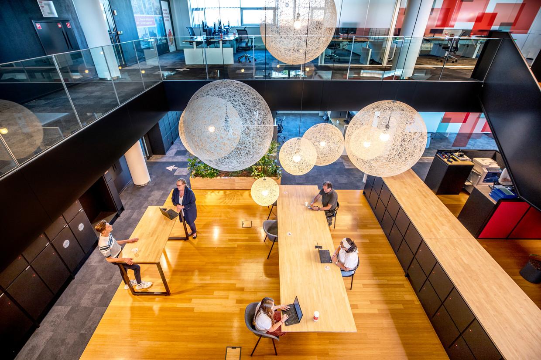 Bij PwC in Amsterdam zijn nog maar een paar mensen op kantoor. Binnenkort kunnen medewerkers een bureau reserveren met een app. Beeld Raymond Rutting / de Volkskrant